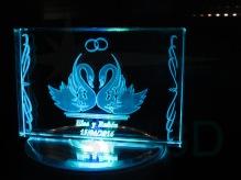 Recuerdo de boda, sobre prisma 120x80x19, sobre base iluminada.