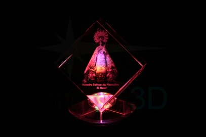 Personalización cubo 80x80x80 en 3D. Nuestra Señora del Remolino de El Molar, Madrid. Sobre base luminosa. Customization cube 80x80x80 cut corner in 3D. #NuestraSeñoradelRemolino of El Molar, Madrid. On iluminated base.