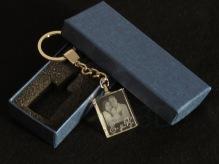 Regalo de boda, llavero personalizado con fotografía en 2D y nombre de los novios.