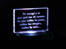 Personalización prisma 120x80x19mm, sobre base iluminada. Personalized prism 120x80x19 on illuminated base.