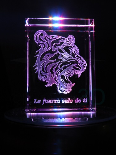 Personalización prisma 80x60x30mm sobre base iluminada. Personalized prism 80x60x30mm on illuminated base.