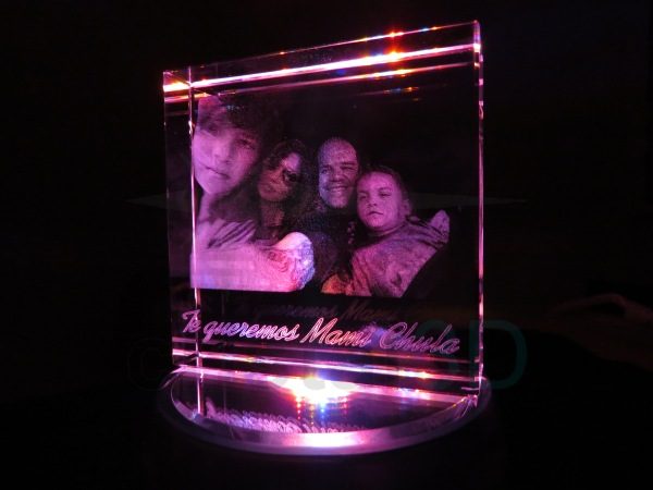 Personalización prisma 100x10x30mm, sobre base iluminada. Personalized prism 100x100x30 on illuminated base.